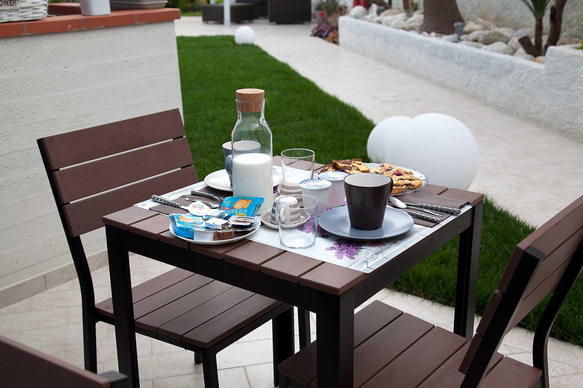 SiroloMyHouse-colazione-giardino