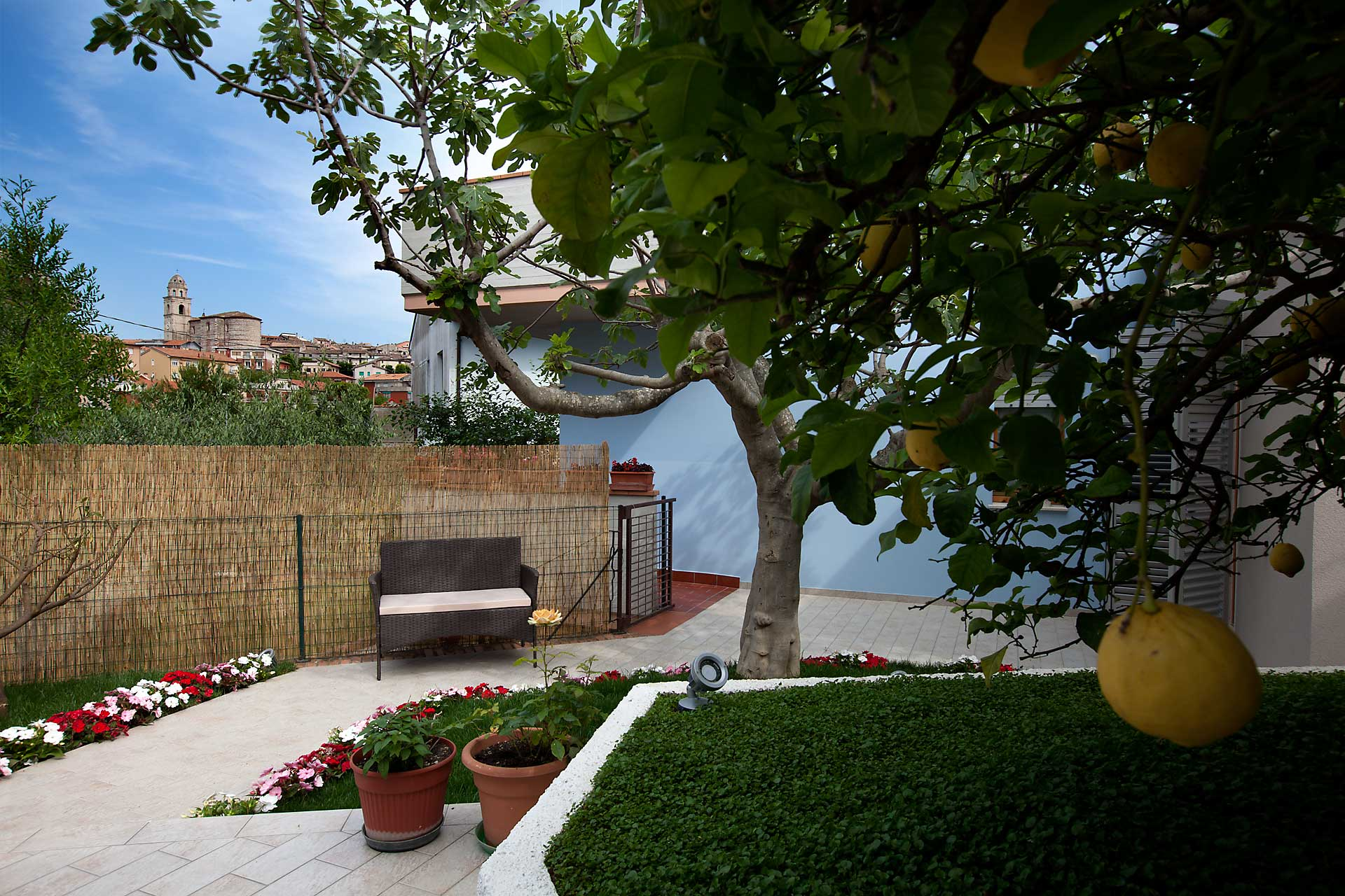 SiroloMyHouseB&B-giardino-divanetto